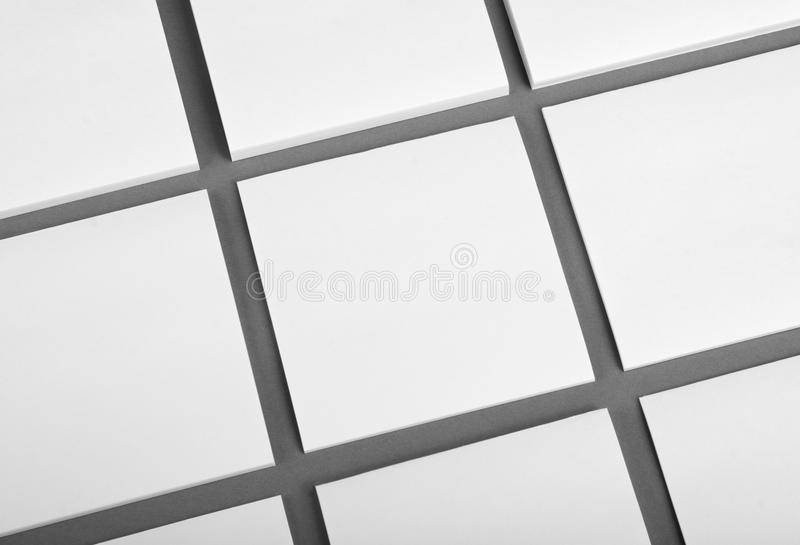 Collection de papiers de note blancs sur le fond gris image libre de droits