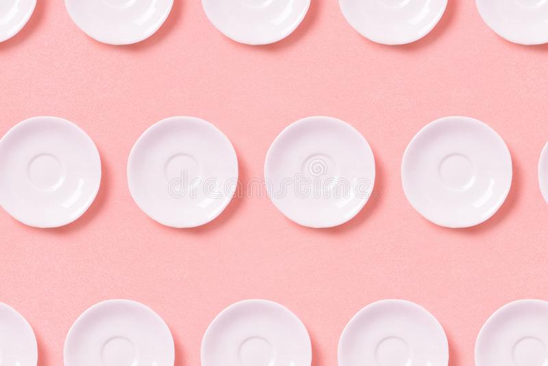 Collection de petits plats blancs sur un fond rose Vue sup?rieure de mod?le photos libres de droits