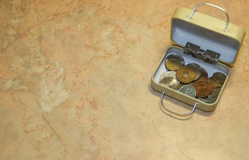 Collection de pièces de monnaie japonaise et ukrainienne numismatique dans la boîte de petite valise photographie stock libre de droits