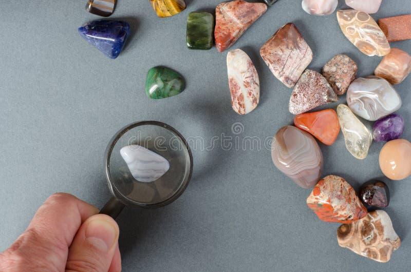 Collection de pierres pr?cieuses sur un fond gris images libres de droits