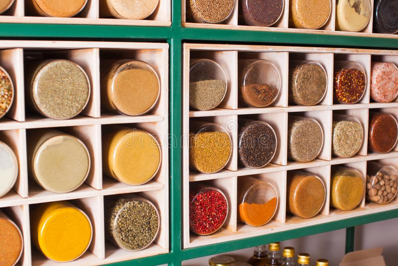 Collection de pots en verre avec des épices sur le support en bois images libres de droits