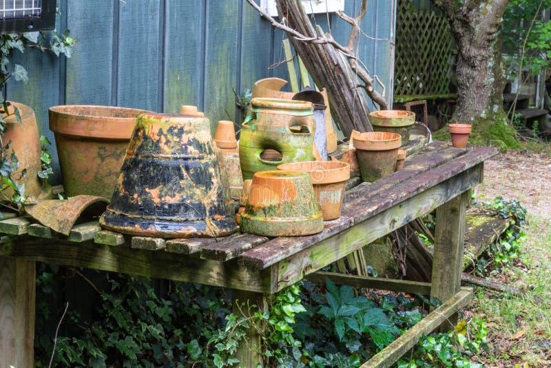 Collection de pots de terre cuite sur une table ouverte de lamelle images stock