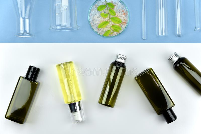 Collection de récipients de bouteille et de verrerie de laboratoire cosmétiques, label vide pour la maquette de marquage à chaud photo libre de droits