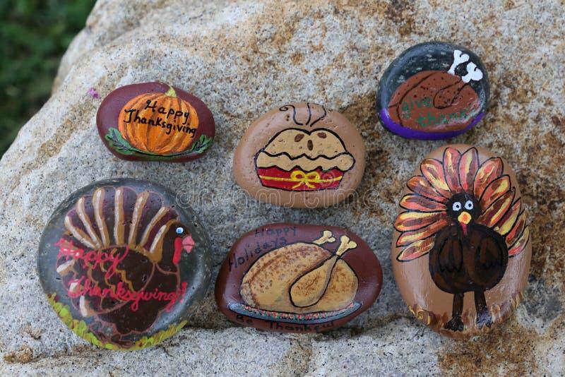 Collection de six petites roches peintes pour le thanksgiving photographie stock libre de droits