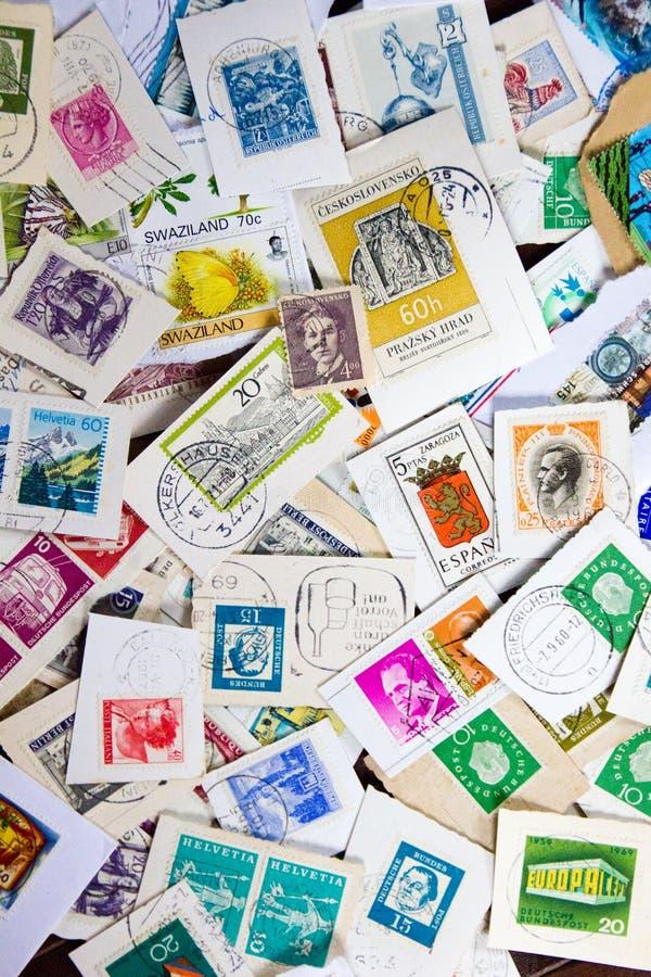 Collection de timbre utilisée de cru Concept de passe-temps de philatélie photographie stock