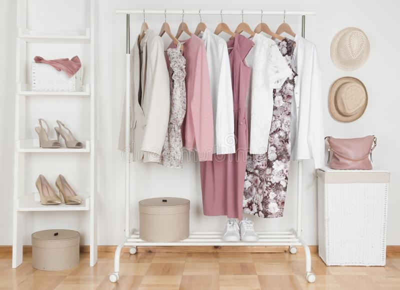 Collection de vêtements femelles accrochant sur le support dans le vestiaire image libre de droits