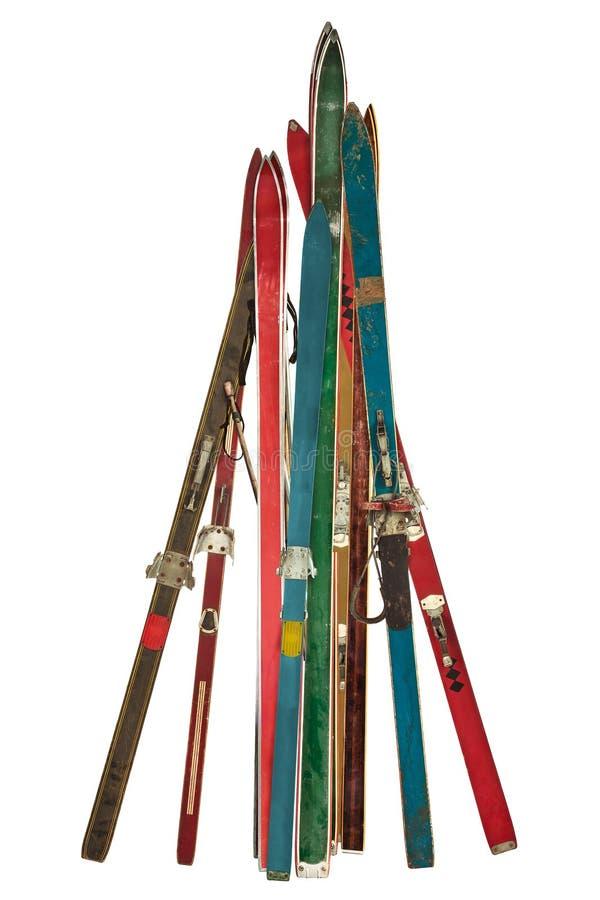 Collection de vintage de skis utilisés d'isolement sur le blanc image libre de droits