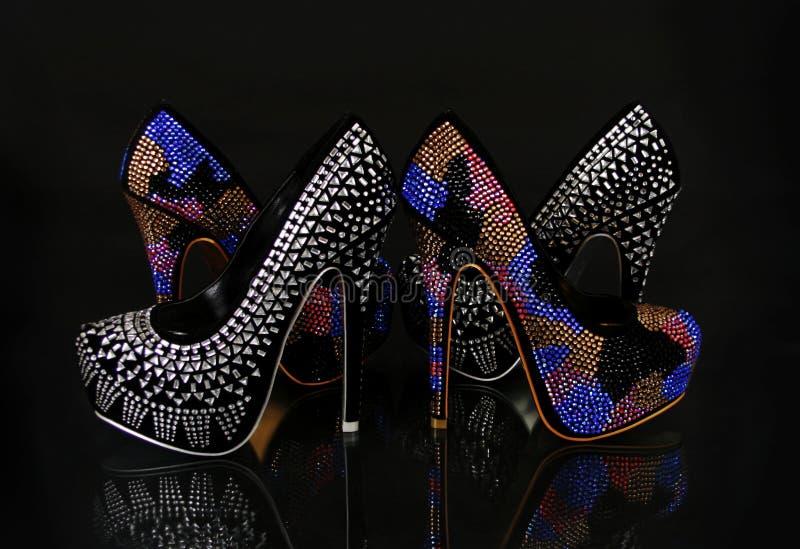 Collection encro?t?e par cristaux de chaussures sur le noir images libres de droits
