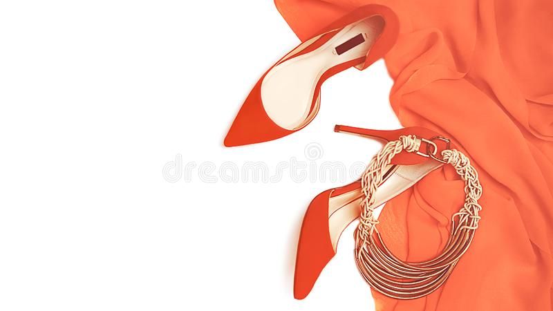 Collection femelle d'équipement de partie de célébration de robe de corail rouge de couleur, chaussures, bijoux d'accessoires sur images libres de droits