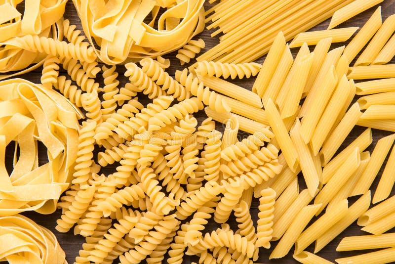 Collection italienne sèche mélangée de pâtes Fond sec de pâtes photo libre de droits