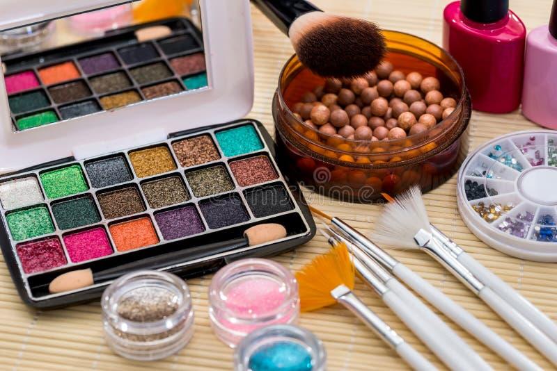 Collection pour le maquillage sur le plan rapproché en bambou de tapis photo libre de droits