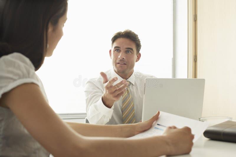 Collega di Discussing With Female dell'uomo d'affari fotografie stock
