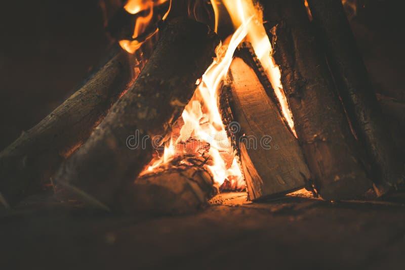 Collega il fuoco, la legna da ardere, la combustione, il fuoco, tizzoni, nella stufa, il concetto del riscaldamento di legno fotografie stock