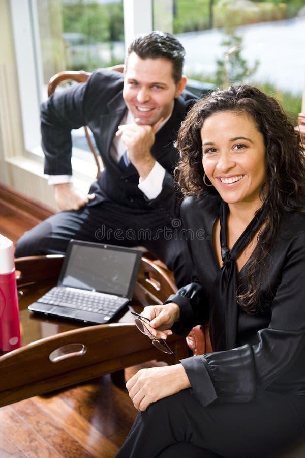 Collega ispanico del maschio e della donna di affari in ufficio immagine stock