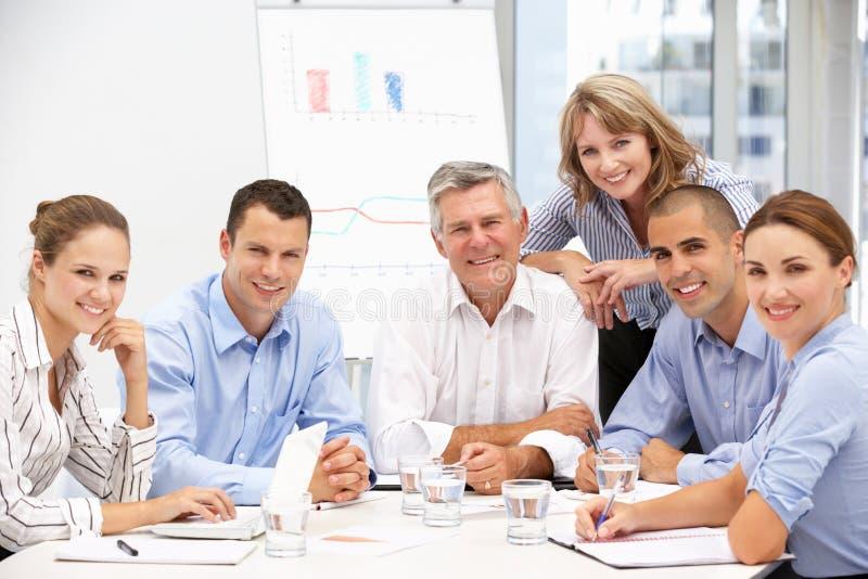 Collega's in commerciële vergadering stock foto's