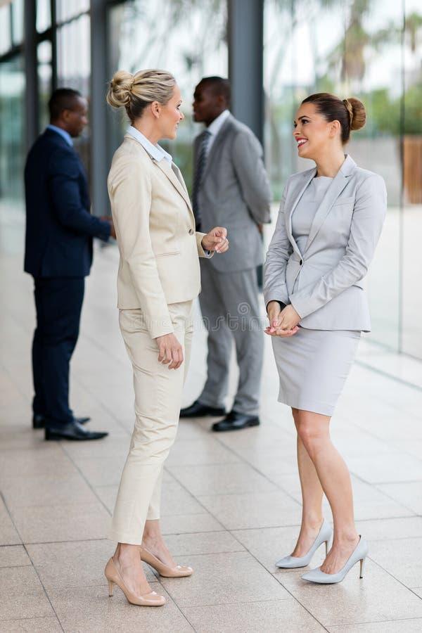 Collega's die gesprek hebben royalty-vrije stock foto