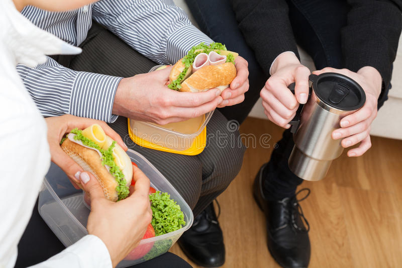 Collega's die gezonde lunch eten royalty-vrije stock afbeeldingen