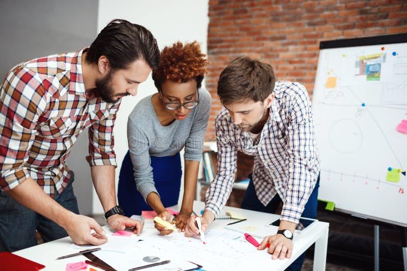 Collega's die nieuwe ideeën bespreken op commerciële vergadering stock afbeeldingen