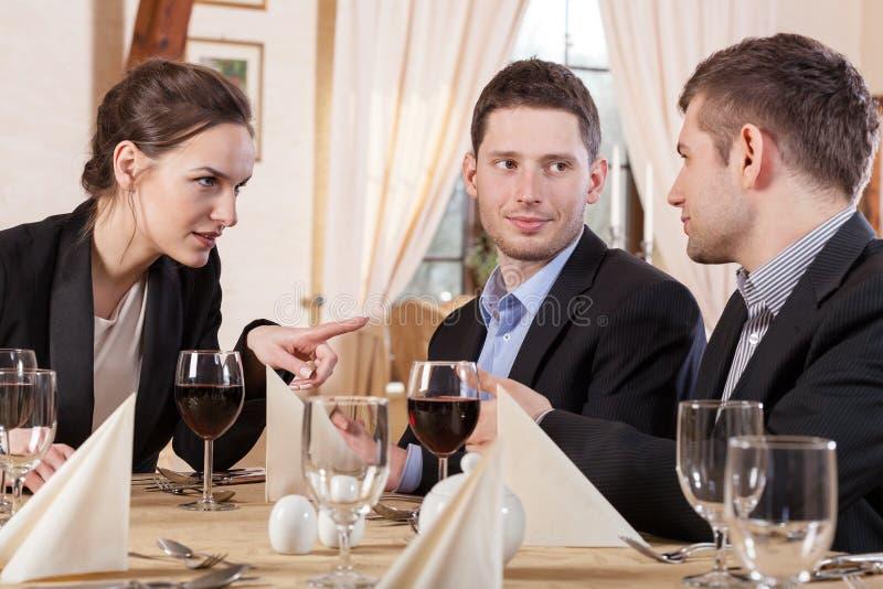 Collega's tijdens commerciële vergadering royalty-vrije stock afbeeldingen