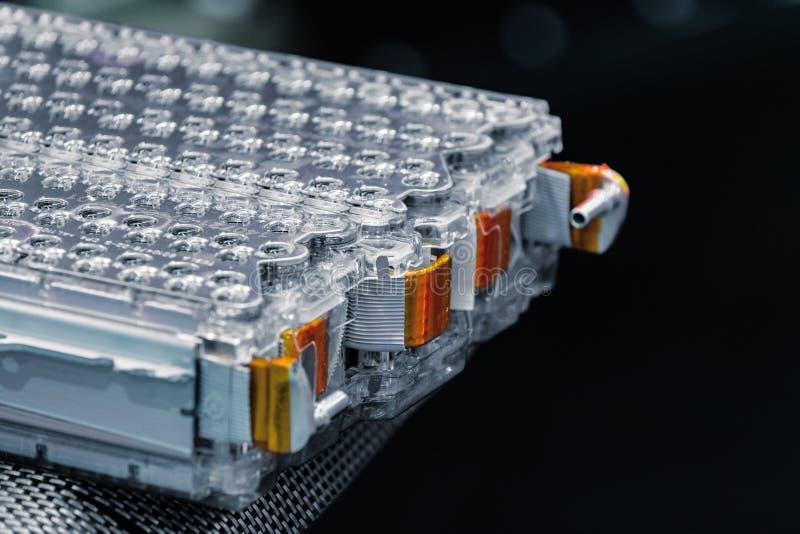 Collegamenti del pacchetto e di potere della batteria al litio dell'automobile elettrica Isolato sul nero immagini stock libere da diritti
