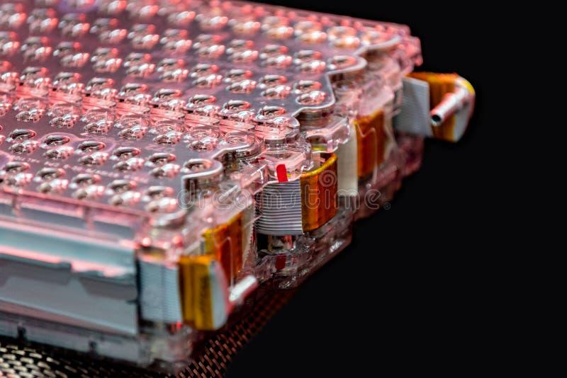 Collegamenti del pacchetto e di potere della batteria al litio dell'automobile elettrica Isolato sul nero immagini stock