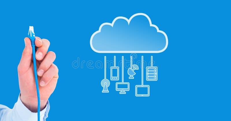 Collegamento del cavo della tenuta della mano con i dispositivi della nuvola fotografia stock libera da diritti