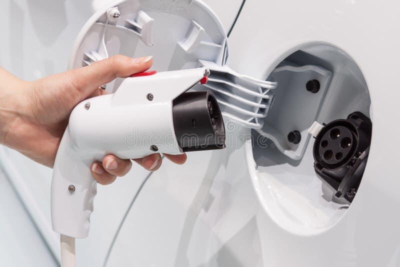 Collegamento dell'automobile elettrica fotografie stock libere da diritti