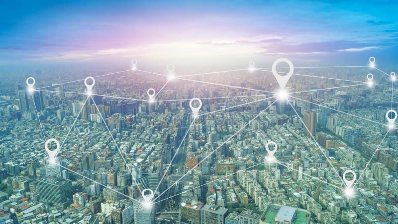 collegamento e Internet sociali completi intorno alla città fotografie stock libere da diritti
