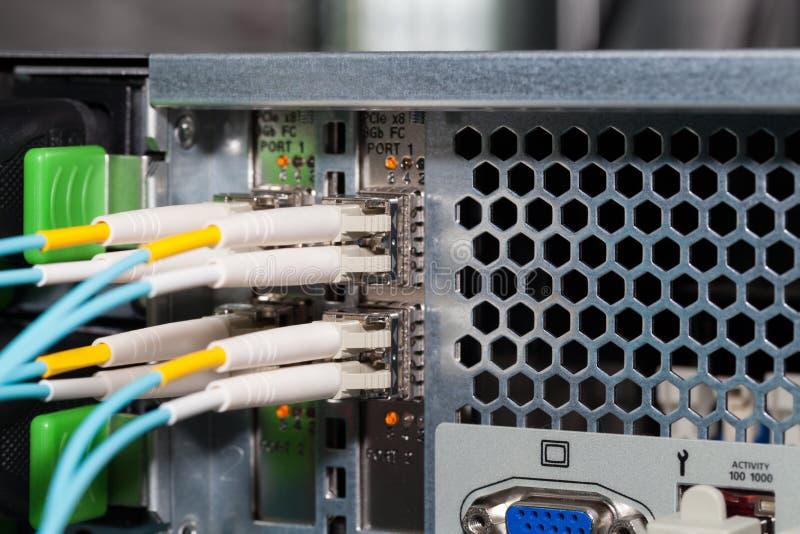 Collegamento a fibra ottica del server di centro dati ad un server fotografie stock libere da diritti