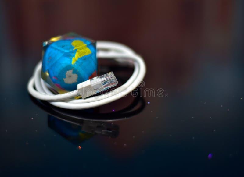 Collegando il mondo - Internet cabla la foto delle azione del peso di carta della mappa di mondo fotografia stock