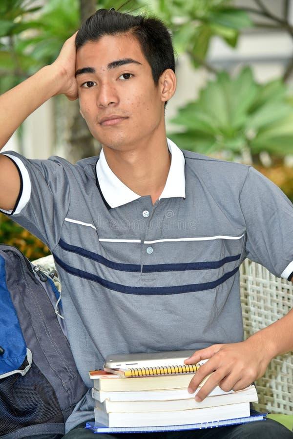 College-philippinischer Jungen-Student Wondering lizenzfreie stockfotografie