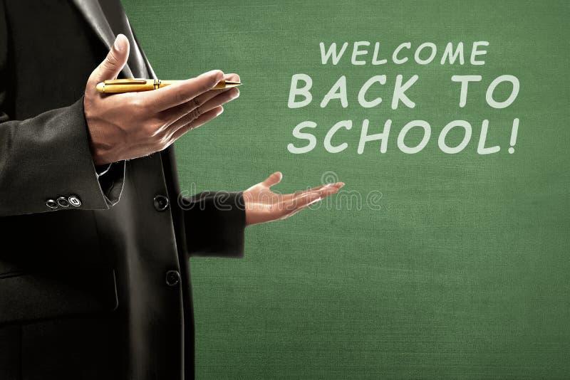 Collegelehrer mit zurück zu Schulmitteilung stockfotos