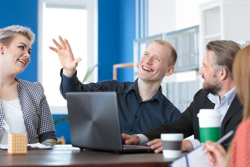 Colleghe che hanno una chiacchierata immagini stock libere da diritti