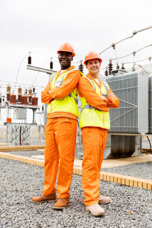 Colleghe elettrici multirazziali immagine stock libera da diritti