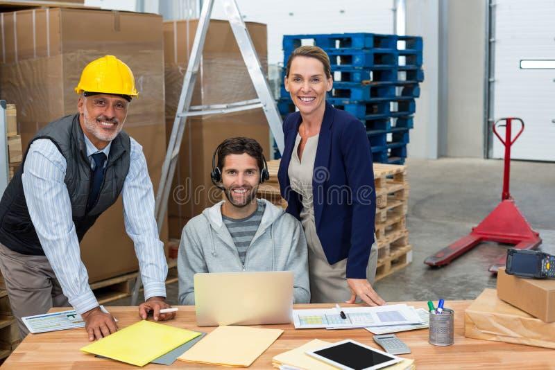 Colleghe sorridenti che esaminano macchina fotografica immagini stock