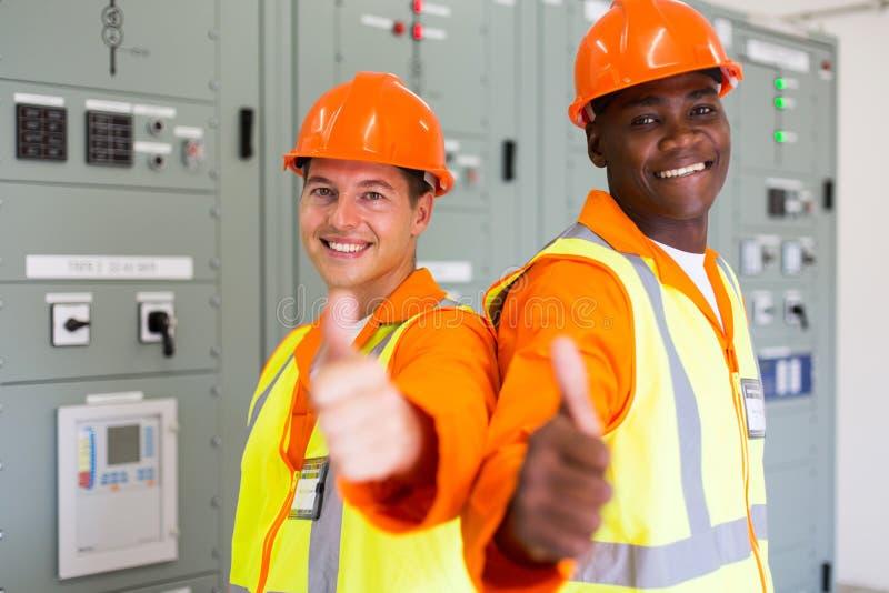 Colleghe tecnici della compagnia elettrica immagine stock