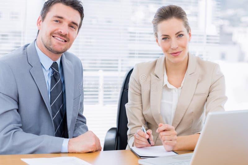 Colleghi brillantemente vestiti nella riunione d'affari immagini stock libere da diritti