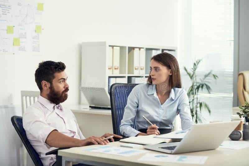 Colleghi che hanno discussione in ufficio immagine stock libera da diritti
