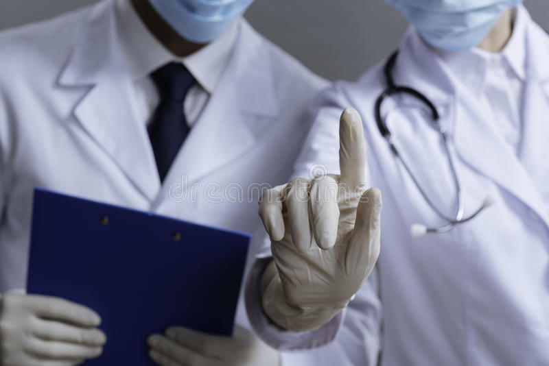 Colleghi contentissimi che lavorano come medici fotografie stock libere da diritti