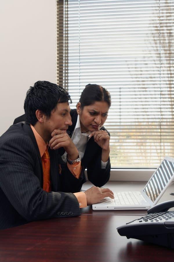 Colleghi di affari che lavorano insieme fotografia stock libera da diritti