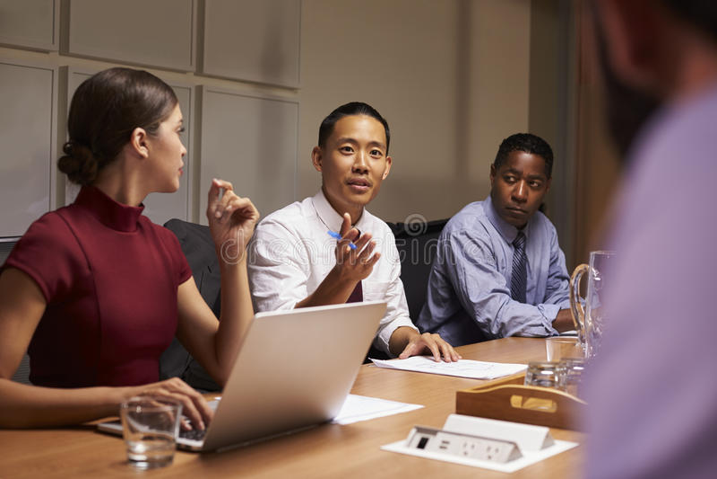 Colleghi di affari nella discussione ad una riunione, fine su immagine stock libera da diritti
