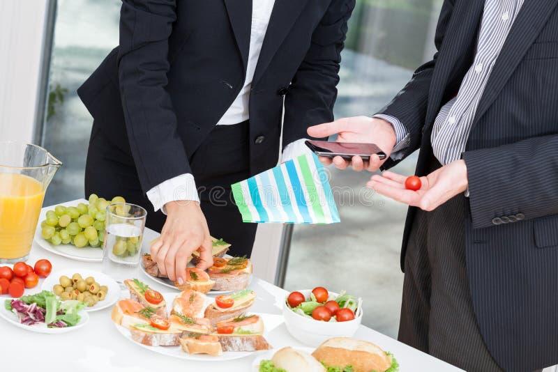 Colleghi di ufficio a buffet immagine stock
