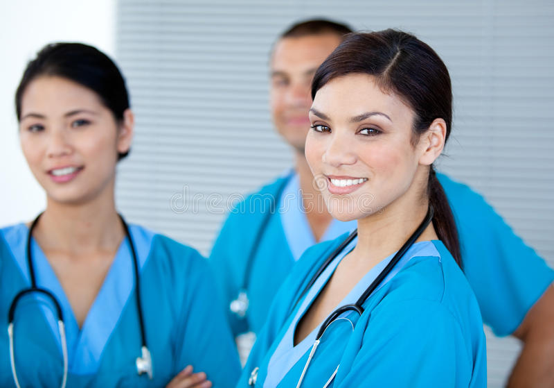 Colleghi felici del medico che esaminano la macchina fotografica immagine stock libera da diritti