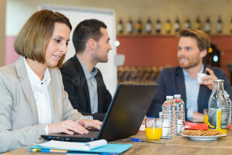 Colleghi felici di affari che si incontrano a sorridere del caff? immagini stock libere da diritti