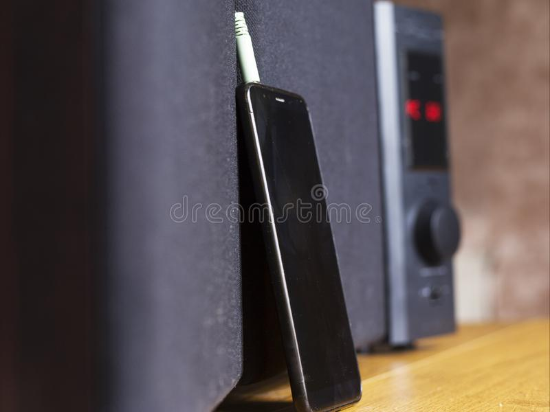 Colleghi il cavo agli altoparlanti del subwoofer audio uscita rossa fotografia stock libera da diritti