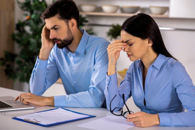 Colleghi indisposti di affari che ritengono stanchi dopo lavoro fotografia stock libera da diritti