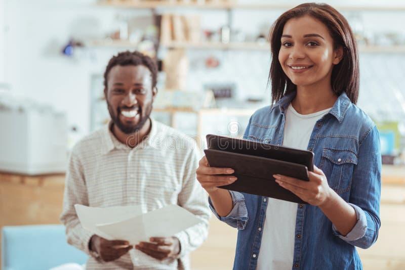 Colleghi sorridenti che si preparano per la loro presentazione startup immagine stock