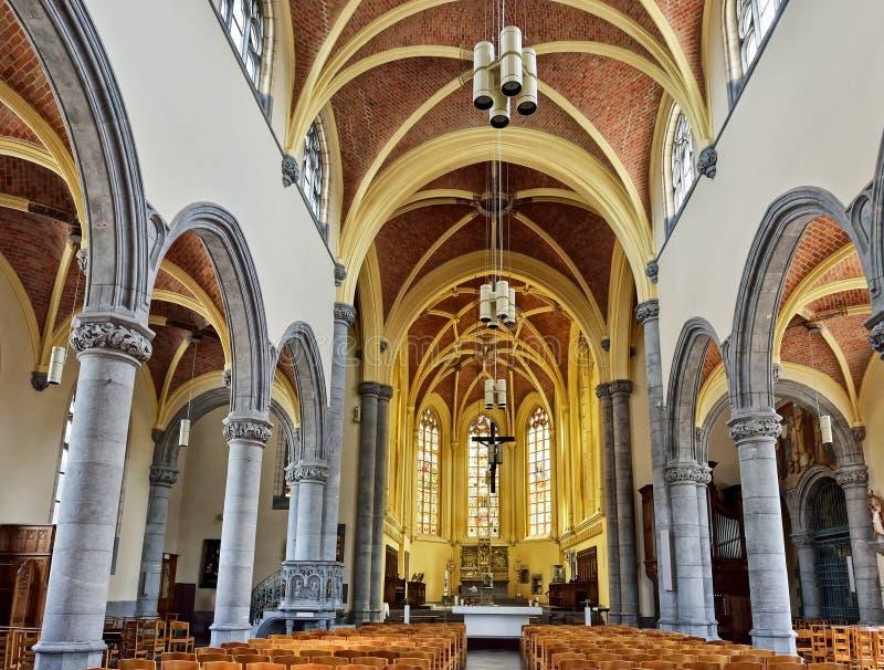 Collegiale St Martin och helgon-Hadelin eller kyrka av St Martin av skruvstädet arkivbilder