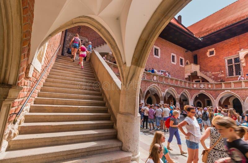 Collegium Maius-Jagiellonian Universidade-Krakow da visita dos turistas (Cracow) - Polônia imagens de stock royalty free
