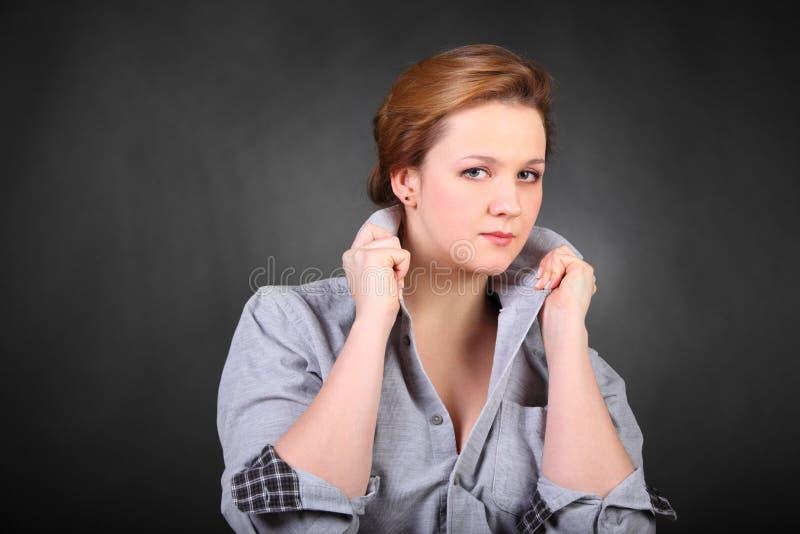 Collet de prise de femme dans le studio de photo photographie stock